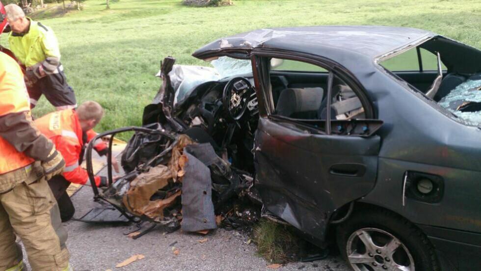 KOLLISJON:  To biler var involert i frontkollisjonen som skjedde på riksvei 7 like ved Torpmoen i Ål kommune. Tre omkom i ulykken, én annen person er sendt til sykehus med uvisst skadeomfang. Foto: Hallgrim Ødegård