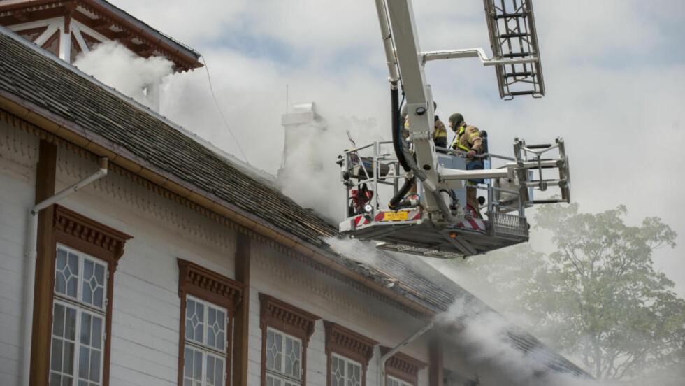 SLUKNINGSARBEID: Det brant i dag på Ringve museum i Trondheim. Foto: Ned Alley / NTB scanpix