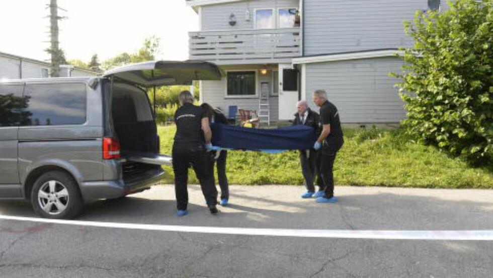 BAR BORT LIKET: Kriminalteknikere bar i ettermiddag avdøde ut av bopelen på Nesodden. Foto: John Terje Pedersen