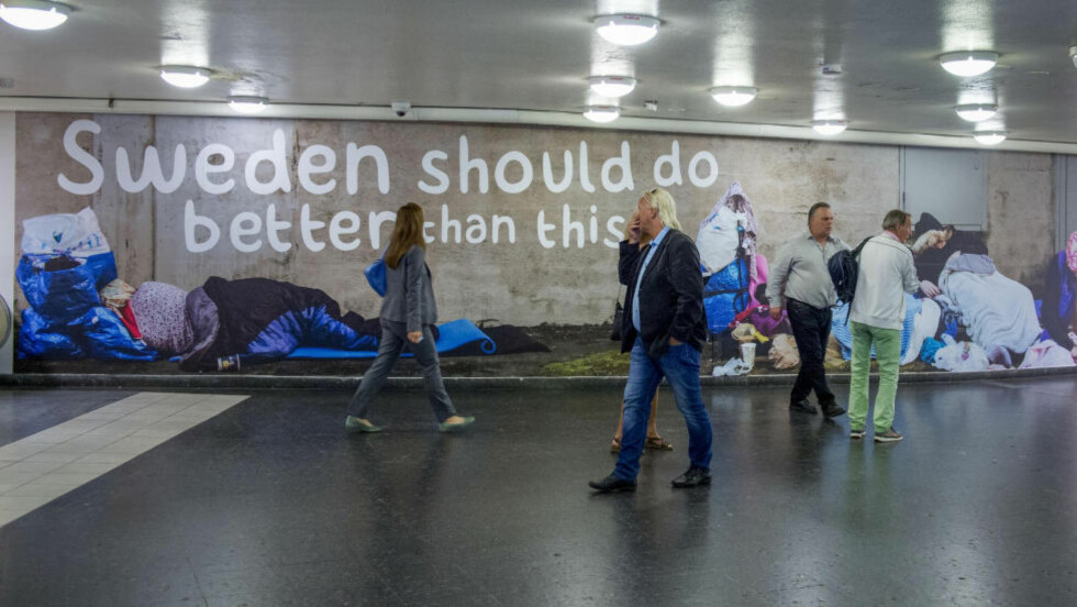 NY KAMPANJE: Det svenske partiet Sverigedemokratene har lansert en ny reklamekampanje, som henvender seg til utenlandske turister. «Sverige burde gjøre det bedre enn dette», står det blant annet skrevet på en vegg på t-bane-stasjonen ved Östermalms torg i Stockholm, over bilder av hjemløse mennesker og tiggere. Foto: Bertil Ericson/NTB Scanpix