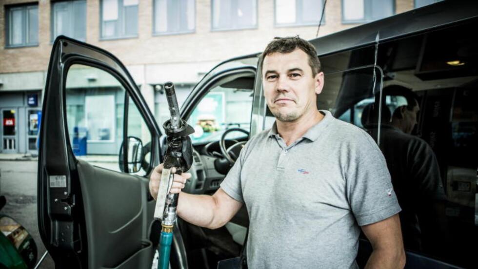 FIRMABIL: Siden han kjører firmabil, sjekker ikke Jurek Slusarky (40) bensinprisene så hyppig. - Men de er veldig viktige for firmaet, sier Slusarky, som jobber for et polsk firma. Foto: Christian Roth Christensen