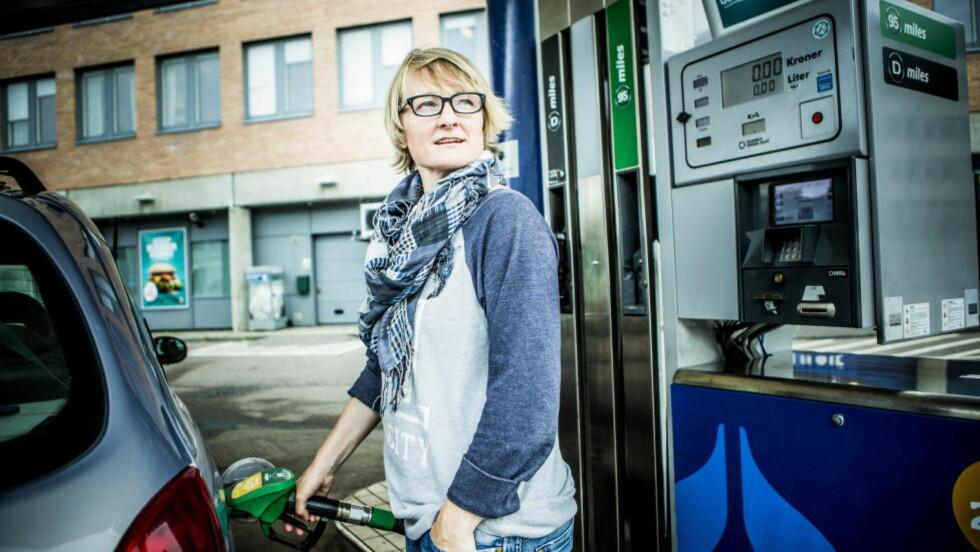 DYR BENSIN: Lena Fixdal (46) har merket seg at bensinen er billigst søndag og tidlig mandag. Hun bruker bilen mye i jobben og liker dårlig de høye prisene på drivstoff i Norge: - Grensa er nådd, mener Fixdal.                                                             Foto: Christian Roth Christensen