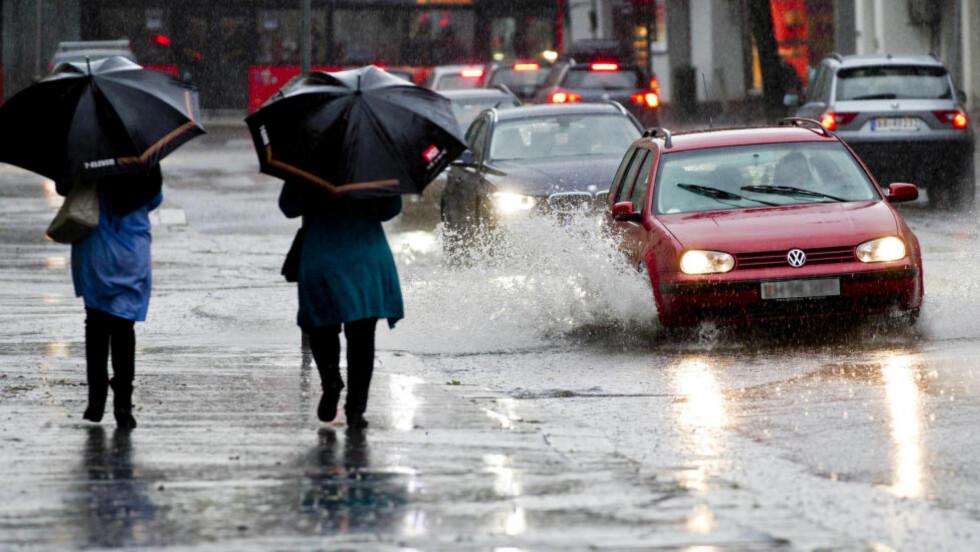 KRAFTIG NEDBØR: Ifølge Meteorologisk institutt er det regnvær på vei mot Norge. Det er spesielt utover ettermiddagen og i natt at det er fare for lokale oversvømmelser. Østlandet og Sørlandet rammes hardest. Foto: Vegard Grøtt / NTB scanpix