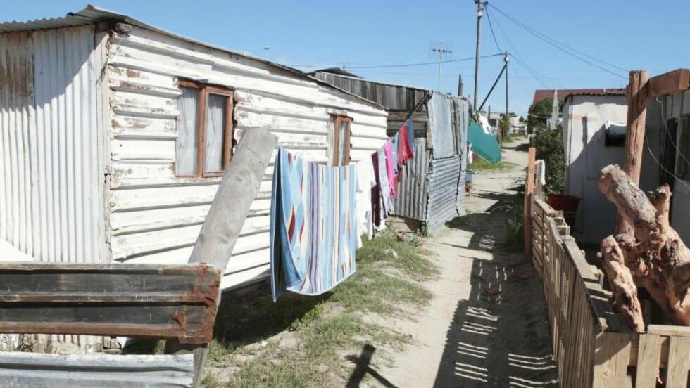 Cape Flats:  Slummen i bydelen Khayelitsha i Cape Town, er et av stedene forfatter og journalist Iain Overton skildrer i sin første bok «En væpnet verden». Foto: Science Photo Library