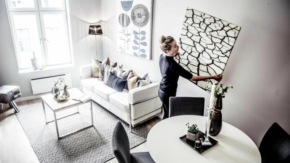 STYLER: Boligstylist Pernille Andresen i Bo Styling AS jobber med å gjør en leilighet på Frogner i Oslo klar for fotografering og visning. -  Det er viktig å gjøre boligen så innbydende som mulig, og at den appellerer til alle kjøpegrupper, forklarer hun.