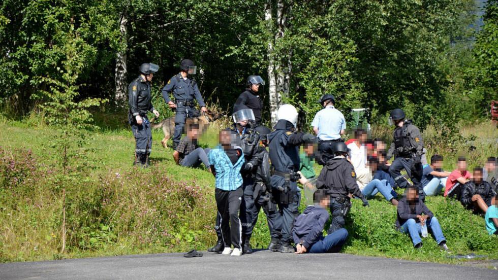I HÅNDJERN: Politiet rykket i 15-tida inn og fikk kontroll på asylsøkerne som kastet stein og gjorde hærverk på asylmottaket. Foto: Eivind Marcelino