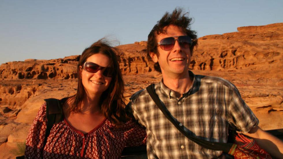 SA OPP OG DRO UT: Erin McNeaney og Simon Fairbairn lever av blogging og app-design mens de reiser verden rundt. Her avbildet i Wadi Rum i Jordan. Foto: Never Ending Voyage.