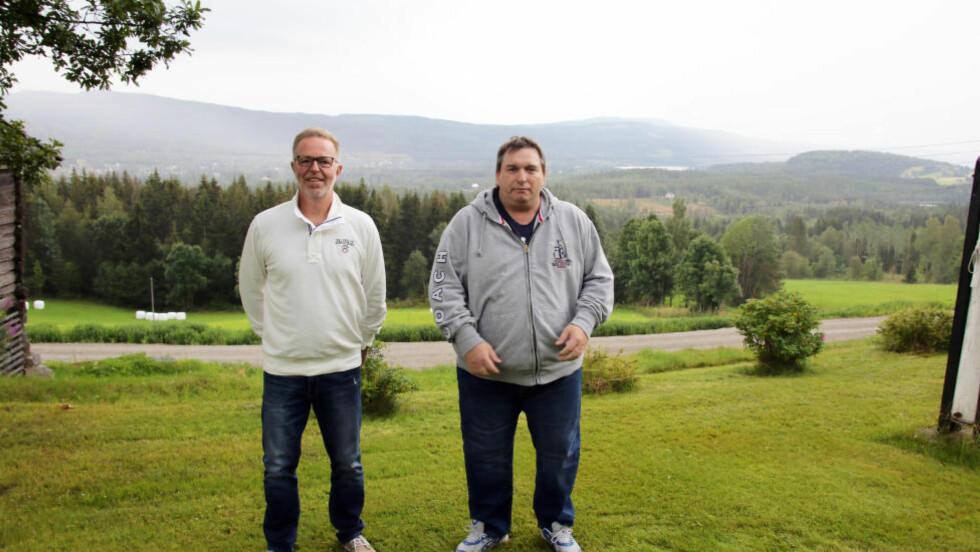 KRITIKERE: Ove-Henning Morthen og Jonny Lundby i Glad i Hurdal synes lite om kommunens ekstravagante lysekronekjøp, men føler seg ikke truffet av ordførerkandidatenes innlegg om netthets. Foto: BJØRN INGE RØDFOSS / EIDSVOLL ULLENSAKER BLAD
