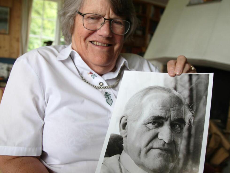 MINNES FAREN: Odd Nansen reiste personlig til Praha for å redde jødiske flyktninger, rett for snuten på det tyske Gestapo. Her viser Marit Greve fram et bilde av faren.