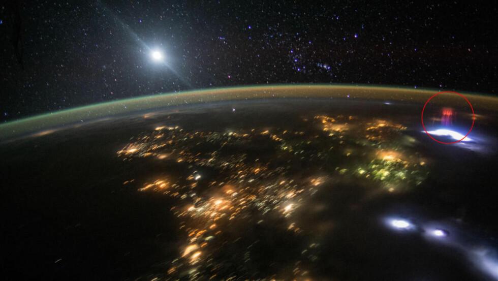 OVER TORDENVÆRET: Bildet er tatt da Den internasjonale romstasjonen passerte over Mexico mandag i forrige uke. De hvitblå flekkene er tordenvær, den lysende kula på stjernehimmelen er ikke sola, men månen. Den gulgrønne hinna rundt jorda er såkalt luftglød - som skyldes at partikler i atmosfæren blir ladd av stråling fra sola og sender ut lys når de gir fra seg energien igjen. Foto: Den internasjonale romstasjonen / Nasa