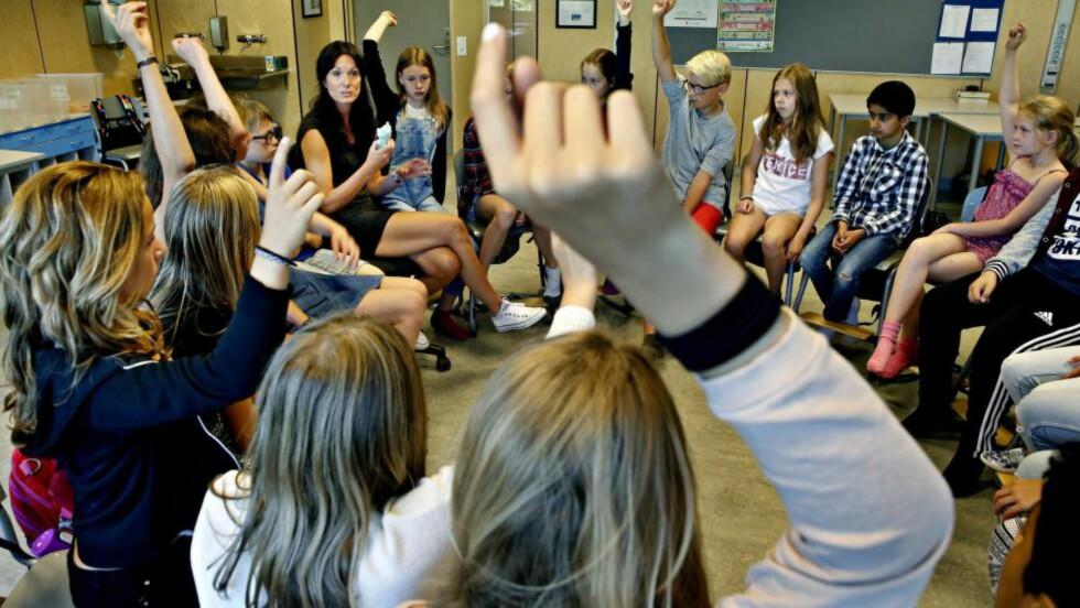 SNAKKER OM MOBBING: I klasseringen hos 6 C på Trasop skole i Oslo spør kontaktlærer Karianne Engedahl hvordan barna har det på skolen og i friminuttene. Og de forteller om noe ikke er bra. Foto: Jacques Hvistendahl / Dagbladet