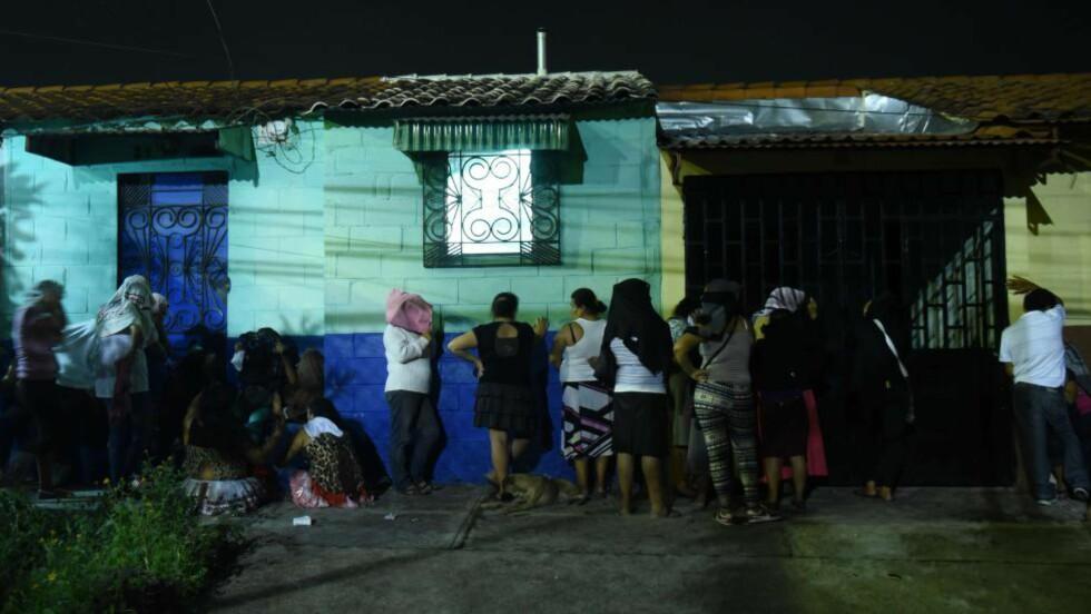 OPPGJØR:  Et voldelig oppgjør mellom to bander i et fengsel i El Salvador, førte til at 14 personer mistet livet. Her venter slektninger utenfor fengselet.  AFP PHOTO / Marvin RECINOS