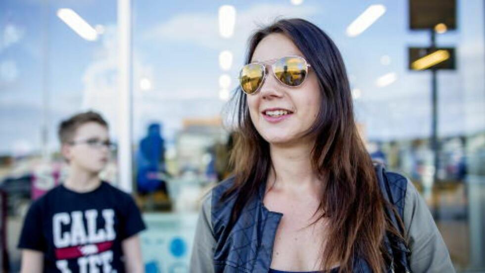 - ALDRI BEKYMRET: Marit Vambheim er innflytter i Vadsø og flyttet til byen fordi de opplever lokalsamfunnet som trygt. Sønnen Odin Vambheim Steigen i bakgrunnen. Foto: Sveinung U. Ystad, Dagbladet
