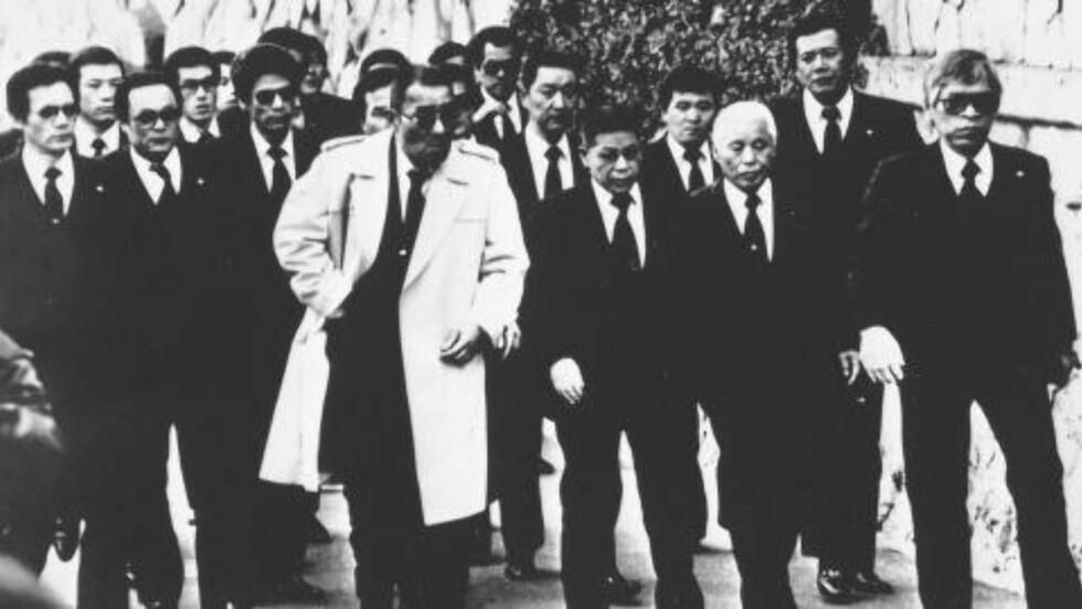 BEGRAVELSE: Over 1000 Yamaguchi-gumi-medlemmer deltok i begravelsen til kumicho Masahisa Takenaka i Kobe i 1988. Han ble drept av en rivaliserende gjeng. Foto: AP Photo/HO/Asahi Shimbun/NTB Scanpix