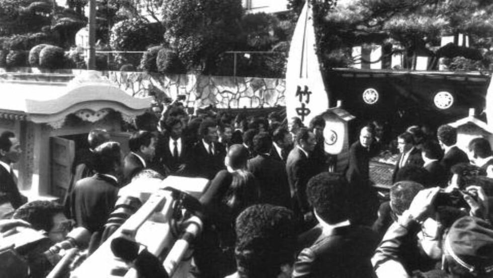 BEGRAVELSE: Over 1000 Yamaguchi-gumi-medlemmer deltok i begravelsen til kumicho Masahisa Takenaka i Kobe i 1988. Han ble drept av en rivaliserende gjeng. Foto: AP-PHOTO/hk/sub/ASAHI Publications,Tsutomu Ohtsuka/NTB Scanpix