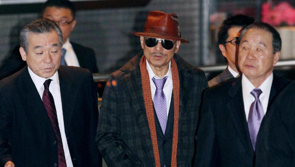 SJEFEN: Kenichi Shinoda (i midten), er leder for Japans største kriminelle organisasjon. Nå er den i ferd med å splittes. Her er han på Shinagawa-stasjonen i Tokyo etter at han i 2011 slapp ut av fengsel. Foto: AFP PHOTO / JIJI PRESS / NTB SCANPIX