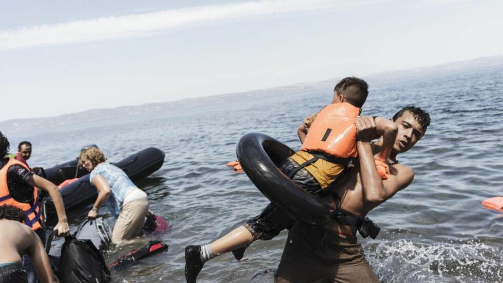 DELER BILDER AV DØDE BARN: Flere bilder av flyktningbarn som har druknet deles nå på sosiale medier. Ifølge danske Redd Barna og Dansk flyktninghjelp er ikke det riktig måte å sette fokus på alvoret i flyktningsituasjonen på. Dette er et bilde fra Hellas, og barnet er ikke dødt. Foto: NTB Scanpix