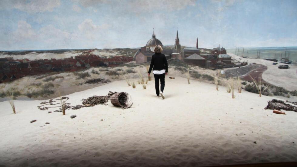 I HAAG:  Innenfor det 14 meter høye og 120 meter lange panoramabildet er det ekte sand, kurver og strå. En guide går inn i bildet for å hente treskoen som ligger nedenfor maleriet. Foto: KIRSTEN MARGRETHE BUZZI