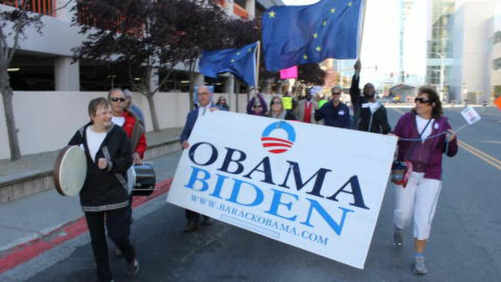 VELKOMMEN: Ivrige demokrater tok til gatene i Anchorage i Alaska for å ønske president Barack Obama velkommen. Han er den første sittende presidenten til å besøke arktisk Alaska. Foto: Vegard Kristiansen Kvaale / Dagbladet