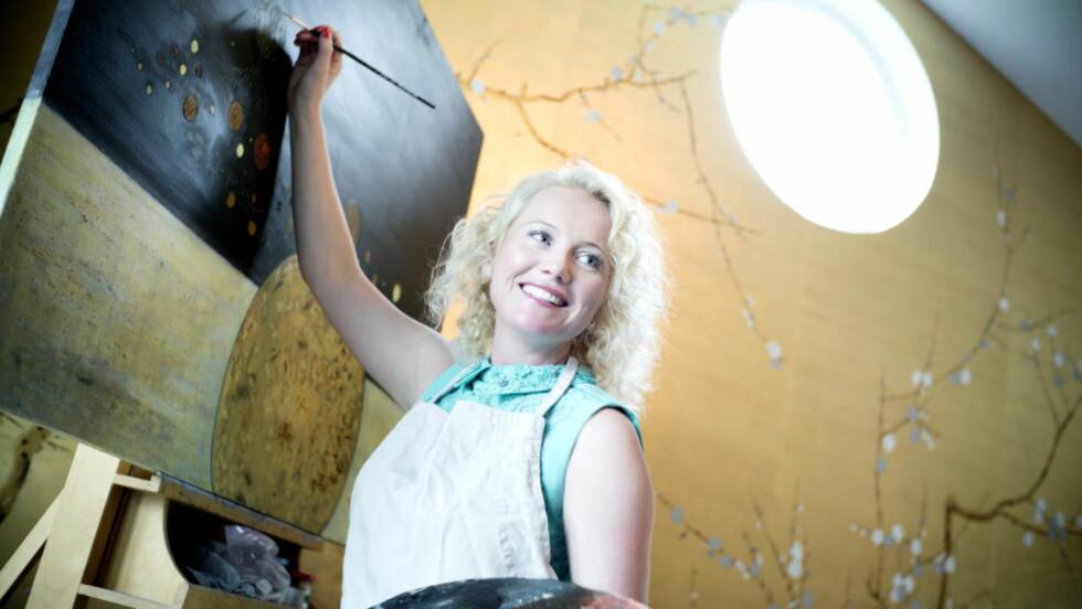 MALER I STUA: Hedda Kise (42) bruker huset hjemme i Bekkestua i Bærum som arbeidssted, men flytter snart kunstvirksomheten til et atelier i nærheten. - Det er ikke enkelt å lage kunst uten å grise til gulvet, sier Kise. Foto: Tomm W. Christiansen / Dagbladet