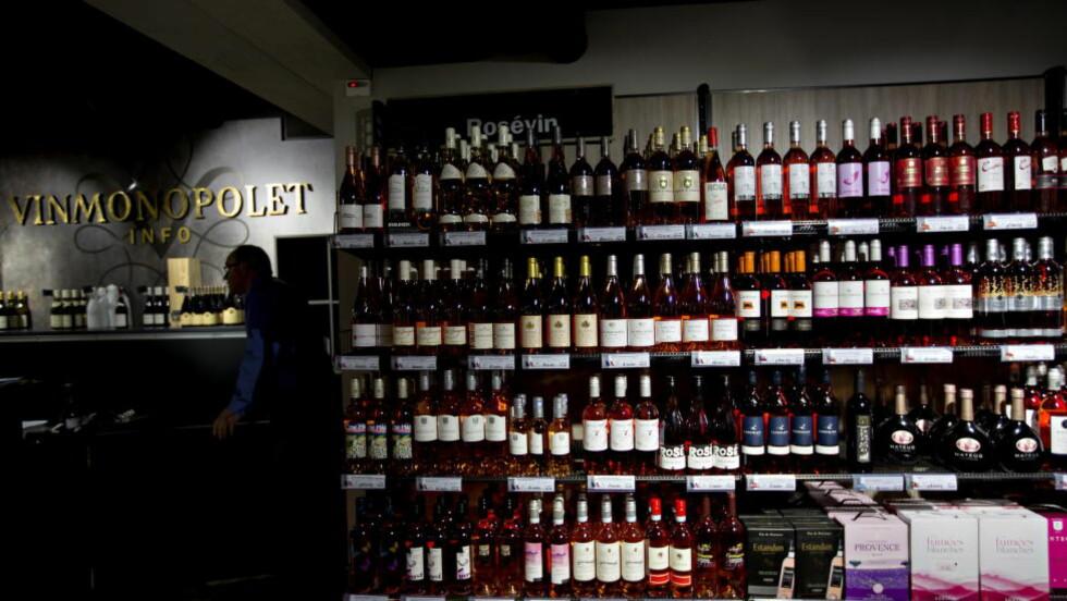 NYHETER I HYLLENE: Med høsten på vei har Vinmonopolet en del rødvin blant de nye produktene i september. Rødvinene fra Sør-Afrika anbefales, men vinene fra Hellas skuffer vår anmelder. Foto: ANITA ARNTZEN/DAGBLADET