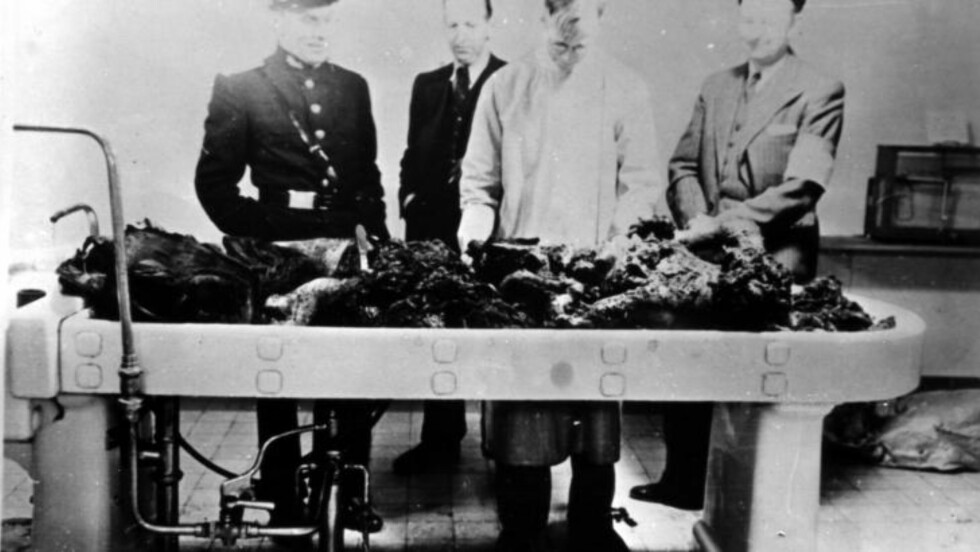 TERBOVENS LEVNINGER: Da politiet ankom Skaugum 9. mai 1945, fant de et krater i golvet i bunkeren. Og levningene etter Hitlers rikskommisær Josef Terboven, som hadde styrt Norge med dikatoriske fullmakter siden 1940. Ei uke etter at Der Führer tok selvmord, valgte også Terboven døden som vei vekk fra ansvaret. Foto: Militær Samling Gausdal