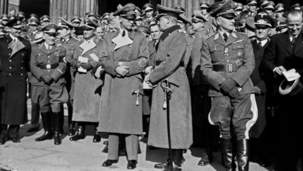 HØSTTAKKEFEST: Bildet er tatt i forbindelse med høsttakkefesten på Universitetsplassen i Oslo i 1941. Rikskommisær Josef Terboven (i midten) talte. Foto: Foto: Kihle og Johnsen / NTB scanpix