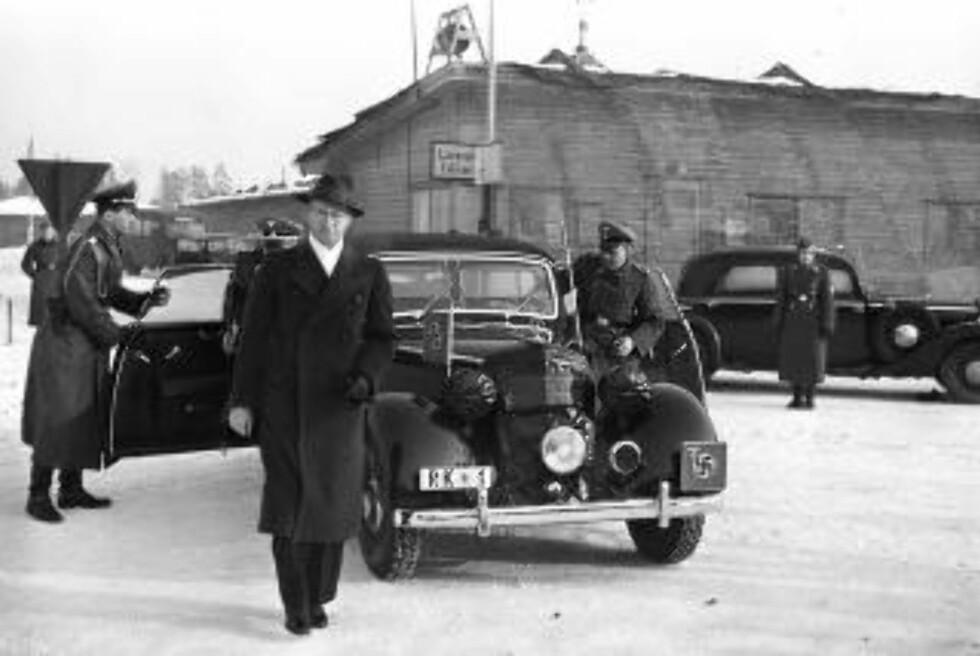 AVREISE: Rikskommisær Josef Terboven og ministerpresident Vidkun Quisling avbildet på Oslos flyplass Fornebu før avreise til Tysland i februar 1942. Foto: NTB Scanpix