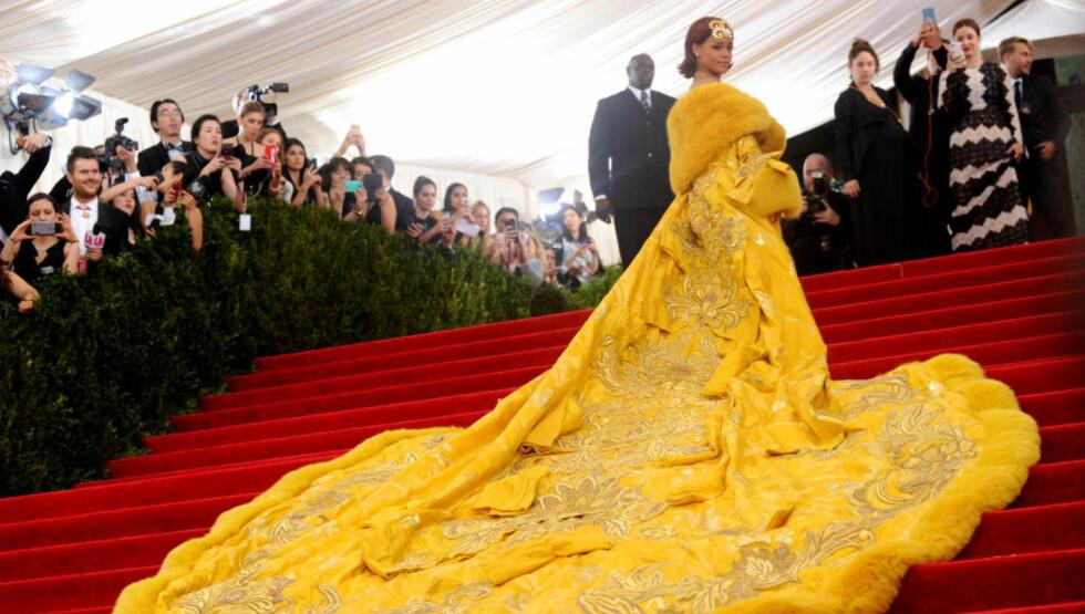 KRITIKK: Rihanna hetses i sosiale medier for valg av kjole til årets MET-galla. Designeren brukte to år på å lage den. Foto: Ap / Scanpix