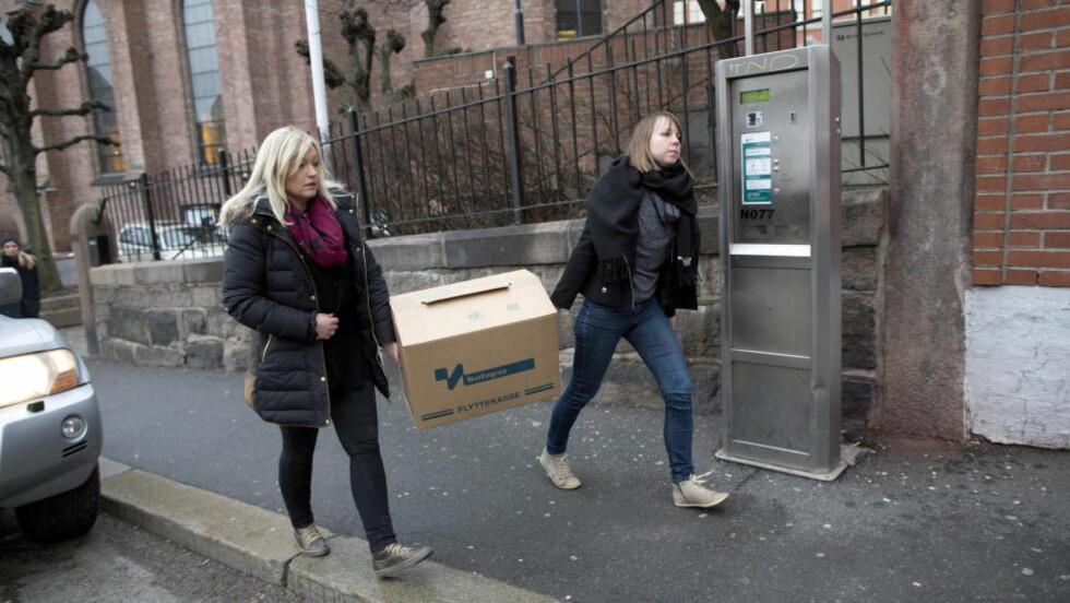 RAZZIA:  Politiet bærer ut beslag under razzia mot Den katolske kirke i Oslo 26. februar i år. Foto: Tomm W. Christiansen / Dagbladet