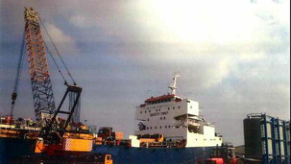 PÅ VEI: Her lastes lastebilene om bord på «MV Shaker 1» i Dubai. Dagen etter seilte båten mot Massawa i Eritrea. Foto: FN