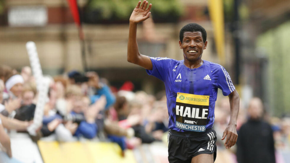 GIR SEG: Den etiopiske løperkongen Haile Gebrselassie har besluttet å legge opp. Det meddelte han etter et løp i Manchester søndag. Foto: Action Images via Reuters / Andrew Boyers