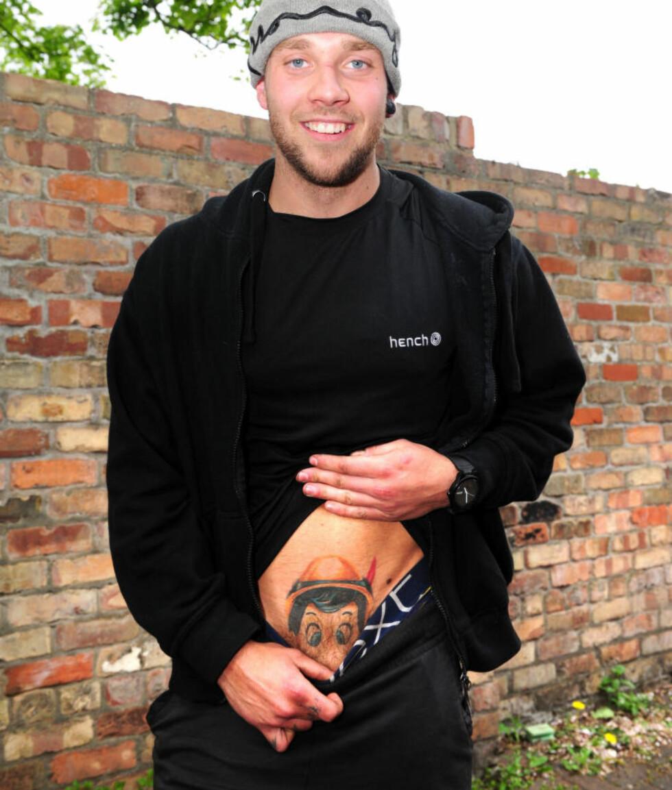 <strong>OVER BELTESTEDET:</strong> Tom Washington med Pinocchio-tatoveringen som nå gjør at han ikke får fly med lavprisselskapet Jet2.com igjen. Foto: CATERS