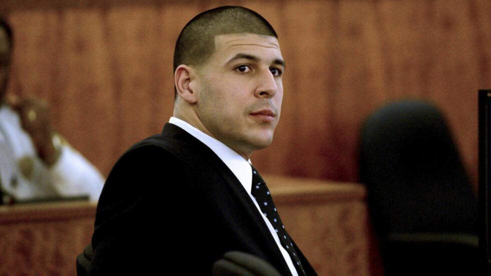 SIKTET: Den tidligere NFL-stjerna Aaron Hernandez er siktet for å ha skutt en mann i fjeset. Foto: REUTERS/Ted Fitzgerald/Pool