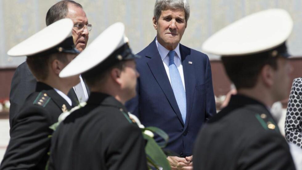 I RUSSLAND: USAs utenriksmnister John Kerry kom til Sotsji i formiddag. Til venstre hans russiske kollega Sergej Lavrov. AFP PHOTO / POOL / JOSHUA ROBERTS Scanpix