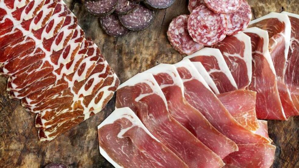 SALT OG GODT : Et stort fat med nyskåret norsk spekemat blir alltid en suksess på festbordet. Foto: METTE MØLLER