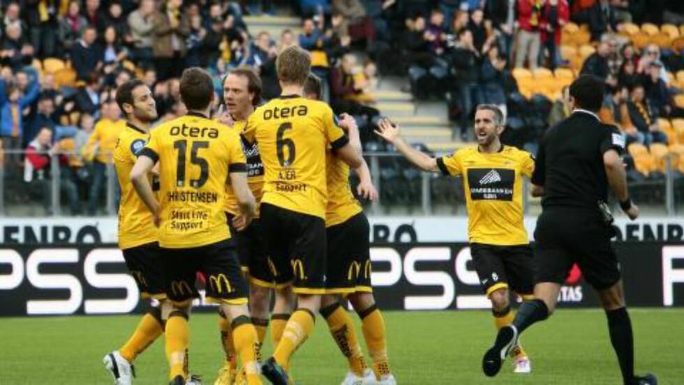 1-1-MÅLET: 1-1 Rolf Daniel Vikstøl feirer scoring med lagkamerater i Start. Foto: Tor Erik Schrøder / NTB scanpix