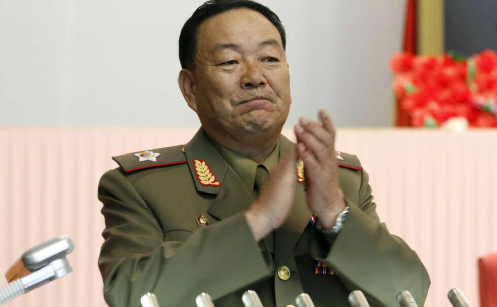 «FJERNET:» Å være del av den nordkoreanske makteliten er en risikabel øvelse. I går meldte sørkoreansk etteretning at Nord-Koreas forsvarminister Hyon Yong-chol var blitt henrettet med antiluftskyts 30. april. Nå har de trukket påstanden, men framholder at Hyon er «fjernet». Foto: AP Photo/Jon Chol Jin