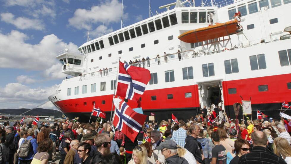 DOKUMENTAR OM SAKTE-TV: Hurtigruta Nordnorge ankommer Kirkenes etter sin triumfferd langs norskekysten - minutt  for minutt i 134 timer dekket NRK ferden. Sakte-TV har ikke bare fascinert nordmenn, men også en hel verden. Briten Tim Prevett er så fascinert at han har laget en dokumentar om fenomentet. Foto: Heiko Junge / NTB Scanpix