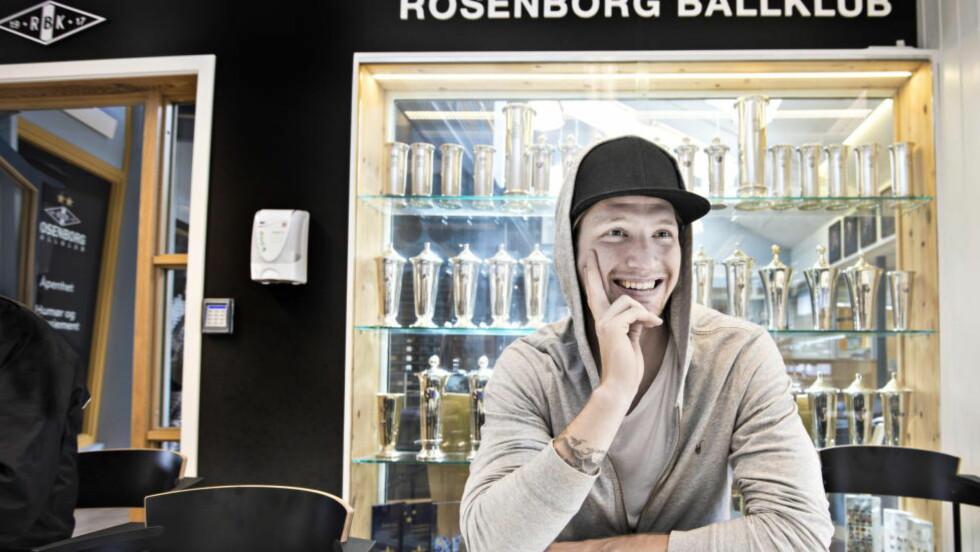 FORNØYD:  Stefan Strandberg har hatt en god sesong for Rosenborg så langt. Her foran pokalskapet på Rosenborg-brakka. Foto: Hans Arne Vedlog