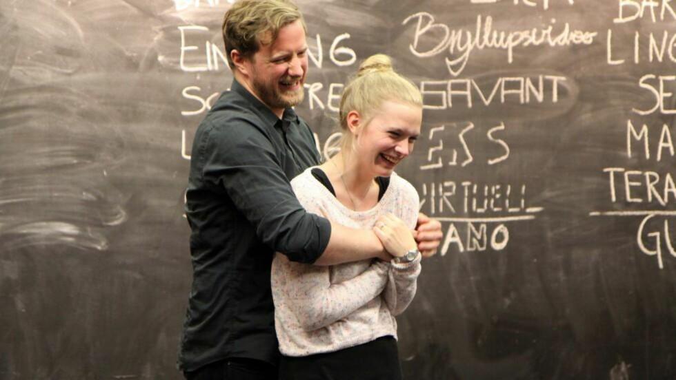 <strong>BYGGESETT:</strong> «Informasjon og kjærlighet» spilles som et byggesett av ulike scener, med skuespillerne som forskere i mening. Her er Sigmund Njøs Hovind og Malin Soli. Foto: Ole Friele jr, DNS