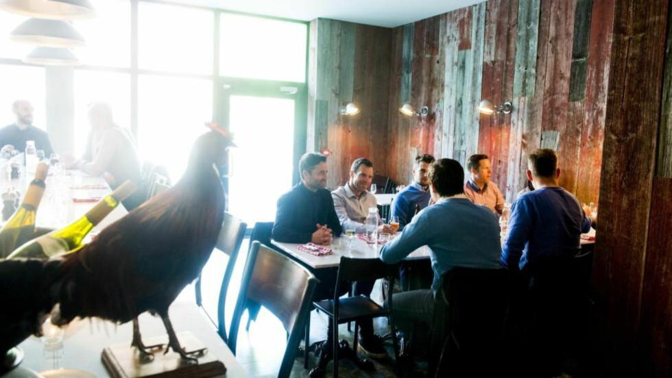 INTIMT : Restauranten har bare noen få bord, og noen få sitteplasser langs baren. Derfra har du utsikt til kokkenes aktivitet på kjøkkenet. Foto: THOMAS RASMUS SKAUG