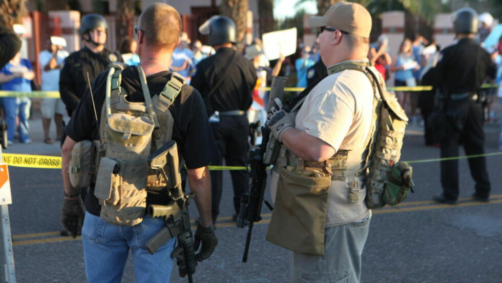 TUNGT BEVÆPNET: Demonstranter i den amerikanske byen Phoenix måtte opp tungt bevæpnet med pistoler og automatvåpen. Foto: Jerry Burch/Demotix/Corbis