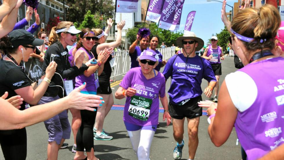 NY REKORD: Harriette Thompson satte ny rekord da hun deltok i maratonet i San Diego i fjor. I år satser hun på å bli verdens eldste kvinne til å fullføre et maraton. Foto: Paul Nestor / Competitor Group via AP / NTB Scanpix