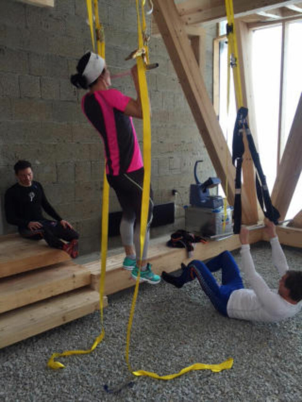 STYRKEØKT: Marit Bjørgen og resten av skilandslaget måtte velge styrketrening framfor skigåing. Foto: Skilandslaget