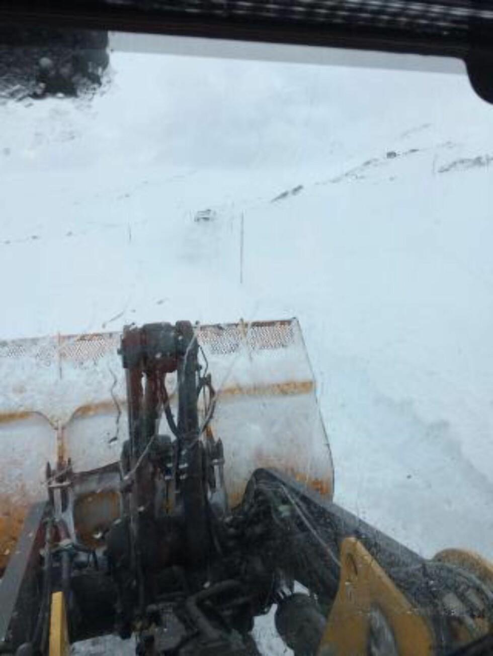 REDNINGSAKSJON: Slik så det ut inne fra hjullasteren, som Bjørnar Sandvig satt på med for å bistå innesnødde bilister på Sognefjellet i går. Foto Skilandslaget