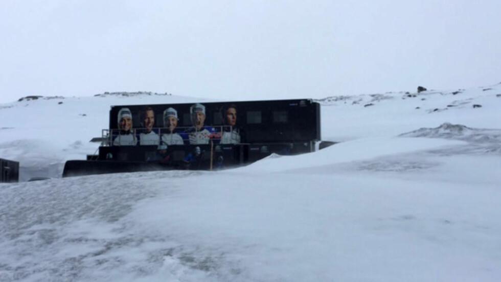 1. JUNI: Slik så det ut da skilandslaget skulle ut på ski på Sognefjellshytta i går ettermiddag. Det ble ei styrkeøkt i kjelleren i stedet. Foto: Skilandslaget