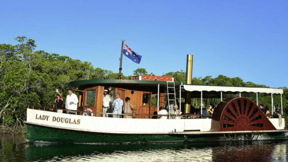 KROKODILLESAFARI: «Lady Douglas» er en liten elvebåt som går daglige turer på «the Dickson Inlet» for å vise fram mangroveskogen  og elvens krokodiller. Foto: PORT DOUGLAS RIVER SAFARI COMPANY