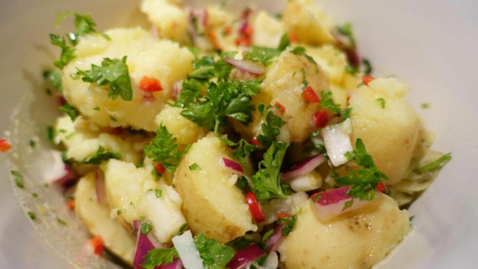 DOBBEL PORSJON: Du bør beregne dobbelt så mye poteter som det du vanligvis ville ha gjort til den søtsterke potetsalaten. Det må alltid vi. Foto: ELISABETH DALSEG