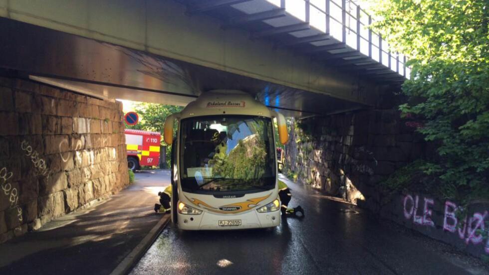 SITTER FAST:  Klokken 19.05 satt en buss seg fast under en bro på Nordstrand. Bussen er nå solgt og eies ikke lenger av selskapet som har logo på kjøretøyet. Foto: Torgeir Krokfjord / Dagbladet